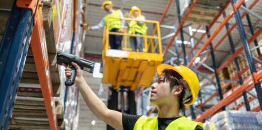 Workers in warehouse scanning packages M8 UD5 K9